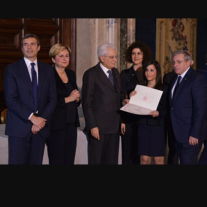 Alessia Canzano riceve il Premio dal Presidente Mattarella. Sulla destra, il presidente del Centro Orafo il Tarì, Roberto Giannotti
